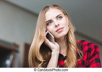 bella donna, parlare, mobile, giovane, telefono, pensieroso