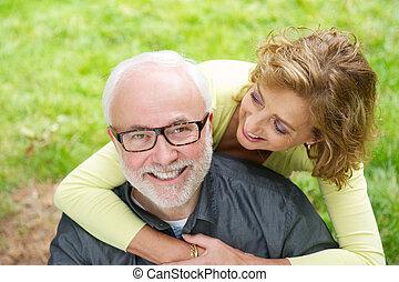bella donna, più vecchio, fuori, uomo sorridente, felice