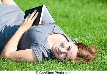 bella donna, posa, indietro, su, erba verde, con, libro, in, mani