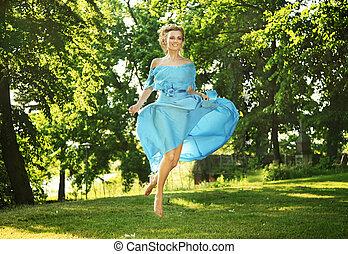 bella donna, prato, salti, giovane, charmant, ridere, vestire
