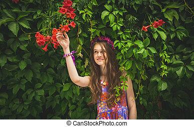 bella donna, raggiungimento, albero, giovane, fiore, crescente, rosso