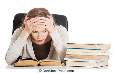 bella donna, seduta, books., isolato, pila, casuale, white., studente, scrivania, preoccupato, spaventato