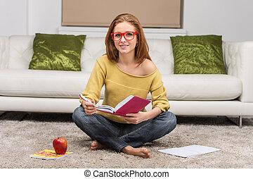 bella donna, seduta, divano, pavimento, giovane, scrittura, infront, notebook., casa, ragazza