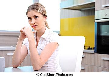 bella donna, seduta, giovane, biondo, sedia, cucina