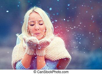 bella donna, soffiando, inverno, neve, da, lavorato maglia, manopole