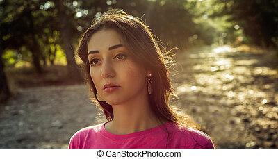bella donna, sole, giovane, contro, fondo, ritratto