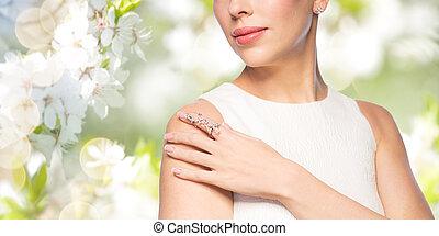 bella donna, su, orecchino, chiudere, anello