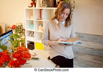 bella donna, working., riempe, donna d'affari, seduta, giovane, pianificatore, scrivania