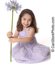 bella ragazza, tenendo floreale