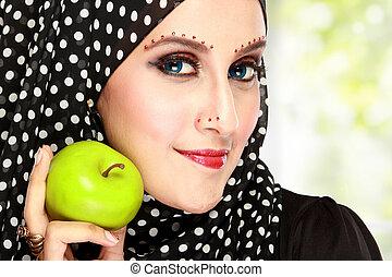 belle femme, à, noir, écharpe, tenue, pomme verte