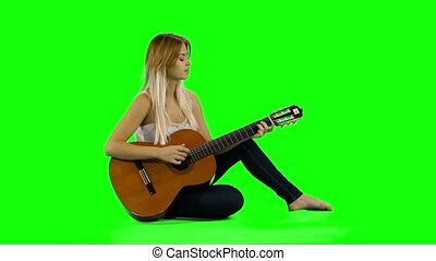 belle femme, écran, guitar., jeune, jouer, désinvolte, vert,...