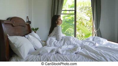 belle femme, étirage, haut, lit, jeune, fenêtre, venir, chambre à coucher, girl, réveiller, matin, bras
