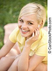 belle femme, appareil photo, sommet, écouteurs, jeune regarder, park., musique écouter, vue, heureux