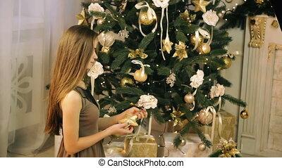 belle femme, arbre, décorer, noël