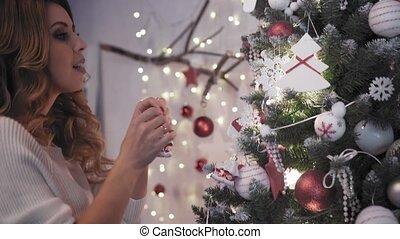 belle femme, arbre, jeune, jouets, décorer, noël