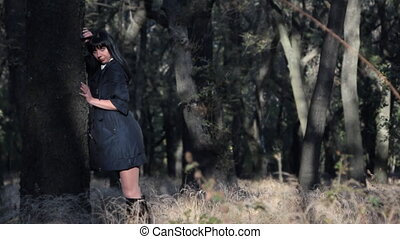 belle femme, arbre, placer, sourire, jeune