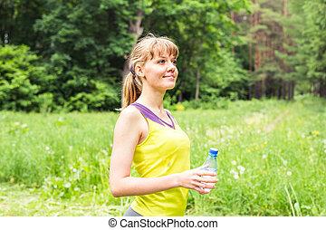belle femme, athlète, après, exercisme, eau, extérieur, fitness, portrait, résoudre