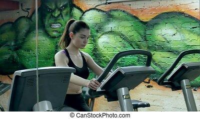 belle femme, augmenter, elle, aérobie, endurance, exercycle., jeune, bike., quoique, fonctionnement, vélo, séduisant, portrait, girl, stationnaire, gymnase, exercice, dehors