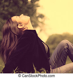 belle femme, beauté, printemps, outdoor., parc, jeune, girl., herbe verte, mensonge
