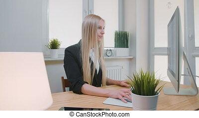 belle femme, blonds, fonctionnement, séance, bureau., jeune, main, regarder, sourire., informatique, lieu travail, femme, tenue, sourire, souris, appareil photo