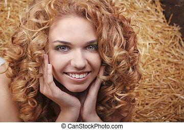 belle femme, bouclé, cheveux, long, meule foin, fond, portrait, sourire, récolte