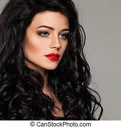 belle femme, bouclé, maquillage, cheveux façonnent, brunette, portrait