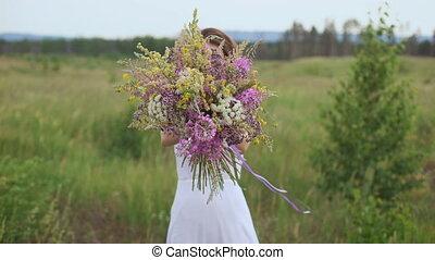 belle femme, bouquet, inspiré, tient, wildflowers.