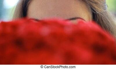 belle femme, bouquet, jeune, roses., portrait, fleurs, rouges