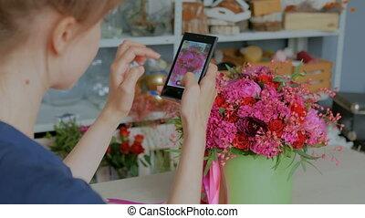 belle femme, bouquet, photo, prendre, smartphone.