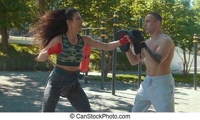 belle femme, boxe, ensoleillé, jeune, dehors, coups, enseigne, jour, homme