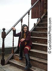 belle femme, brunette, marine, séance, contre, regarder, appareil photo, sourire, escalier