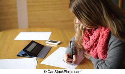 belle femme, bureau, écrit, jeune, stylo
