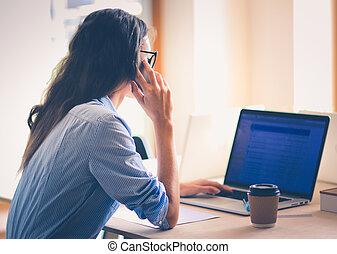 belle femme, bureau, business, séance, jeune, cellule, conversation, téléphone., bureau