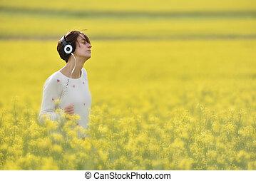 belle femme, canola, champ, musique écouter