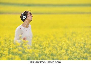 belle femme, canola, gai, champ, musique écouter