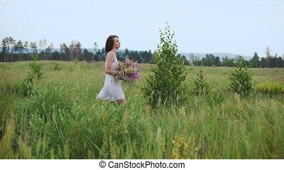 belle femme, champ, bouquet, inspiré, floraison, conversation, wildflowers.