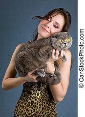 belle femme, chat gris, brunette, sourire