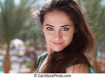 belle femme, closeup, portrait, sourire, outdoors.