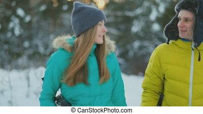 belle femme, copie, hiver, espace, couple, vue, foyer, jeune, forêt, unrecognizable, tenue, ski, actif, portrait, apprécier, fait ski poteaux, côté
