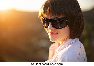 belle femme, coucher soleil, dehors