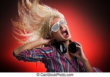 belle femme, crier, écouteurs, danse