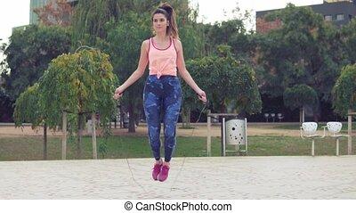 belle femme, crise, parc, corde, sauter