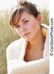 belle femme, délassant, jeune, portrait, plage