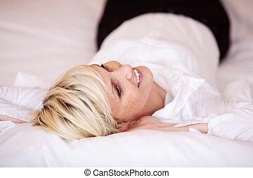 belle femme, délassant, lit