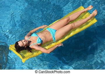 belle femme, délassant, matelas gonflable, sexuel, piscine