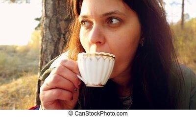 belle femme, délassant, nature, thé, jeune, scène, chaud, coucher soleil, slowmotion., apprécier, avoir, 1920x1080