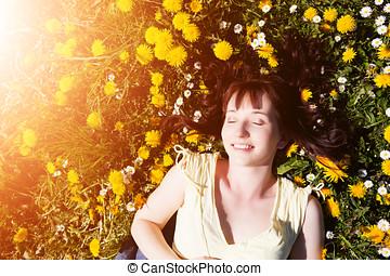 belle femme, délassant, printemps, jeune, fleurs, entiers, herbe, mensonge