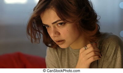 belle femme, déprimé, jeune, triste, pleurer, chambre à coucher, maison
