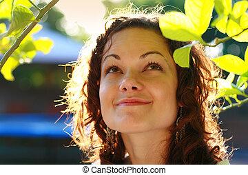 belle femme, dehors, jeune, leaves., vert, sous, portrait, sourire