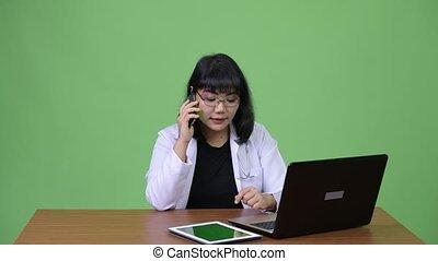 belle femme, docteur, travail, multi-tasking, appeler, ...